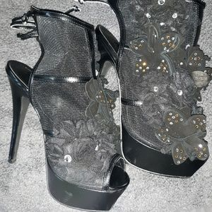 VS Bootie Style SIZE 6 Healed Booties